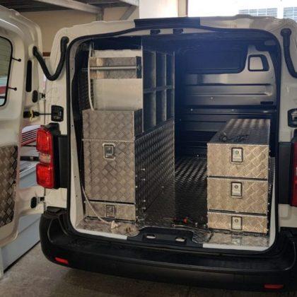 זיווד רכב : רצפה, מדפים, מגירות,מיכל מים נירוסטה עם ברז מים נשלף ומתקן לנייר 291